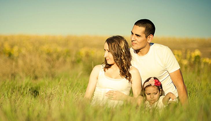 Famille avec enfant dans la nature et heureuse